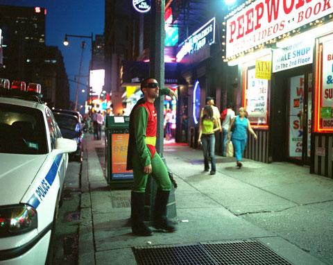 ERNESTO MENDEZ originario de México D.F trabaja como sexoservidor en times Square Nueva York. Manda 200 dólares a la semana.