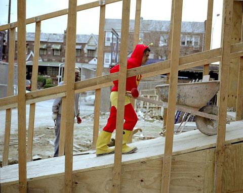 ADALBERTO LARA originario del Estado de México empleado en la construcción en Nueva York. Manda 300 dólares a la semana.