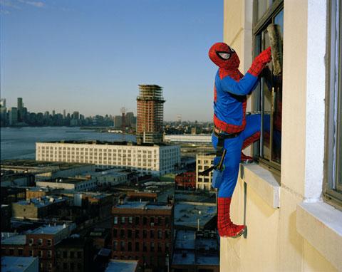BERNABE MENDEZ originario de Guerrero trabaja limpiando vidrios en los rascacielos de Nueva York. Manda 500 dólares al mes